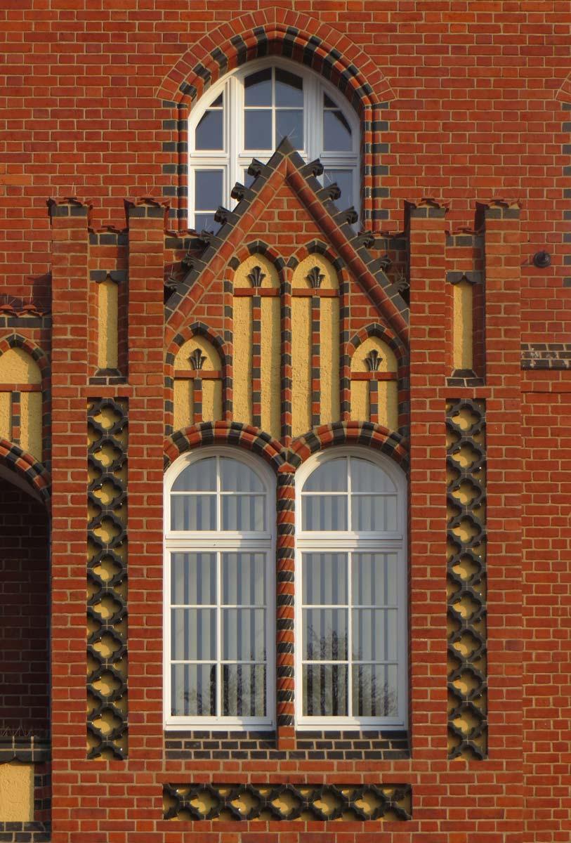 gebogene Vertikaljalousien im Denkmalschutz
